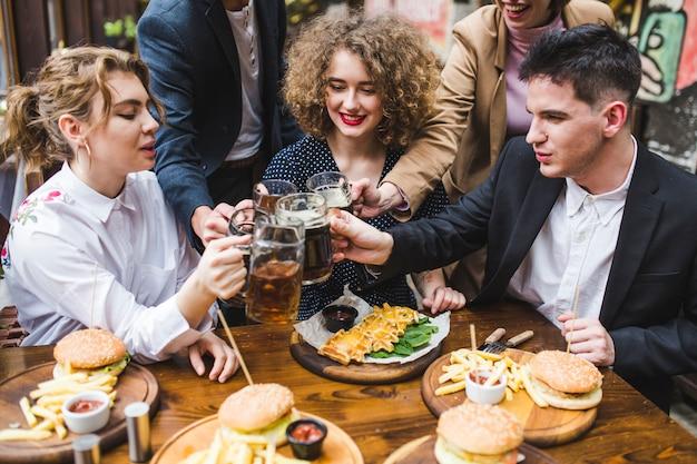 Друзья едят и общаются в ресторане