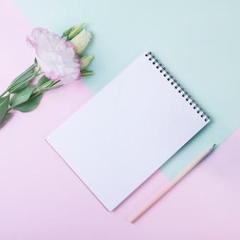 モダンなノートブックと素敵な花のコンセプト