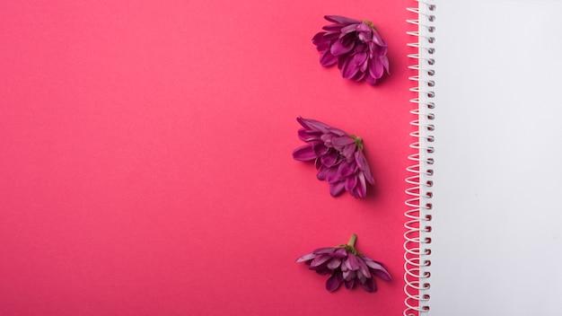 ノートブックと素敵な花のコンセプト