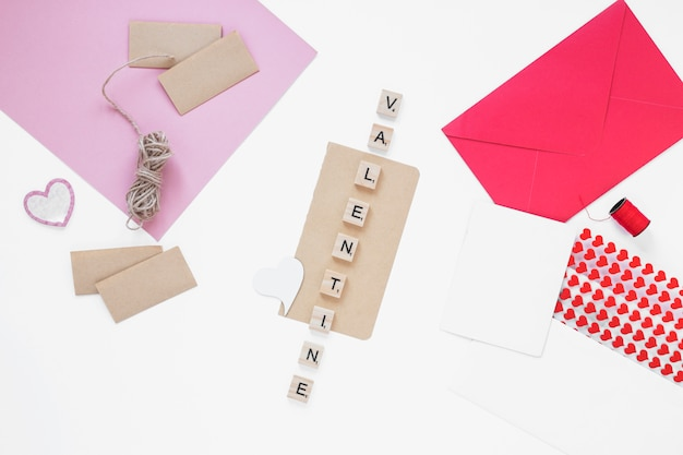 テーブル上の封筒とバレンタインの碑文