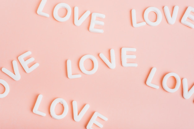 Любовные надписи на розовом столе