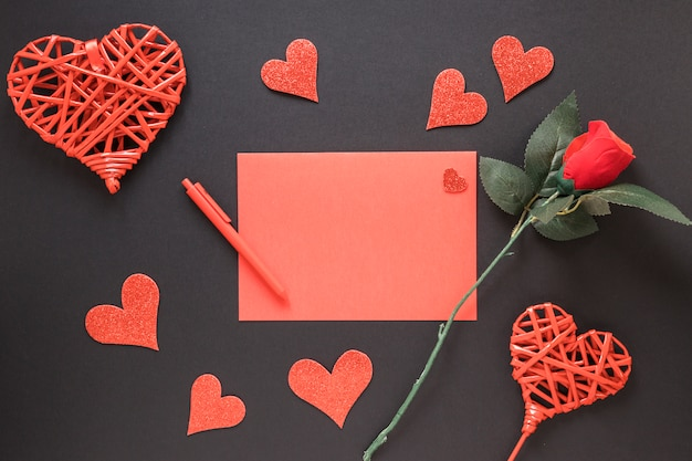 ペンの近くの紙、装飾の心と花