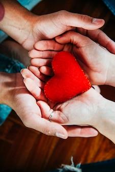 Мужчина и женщина, держащая декоративное сердце