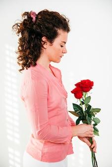 新鮮な花を持つ若い女性