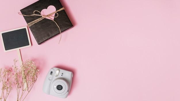 装飾心臓、カメラ、小枝、タブレット付きのプレゼントボックス