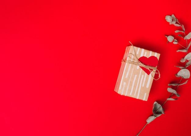 甘い紙のプレゼント箱、枝の近くの糸
