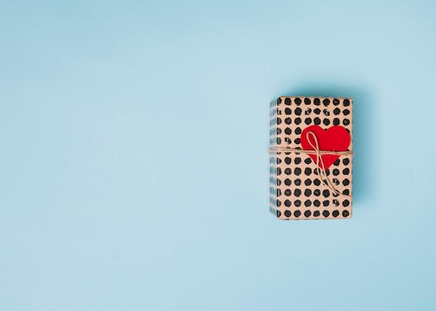 装飾的な心臓とひねりを持つ甘い紙の中に存在する
