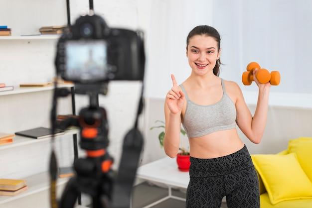 Фитнес девушка записывает себя