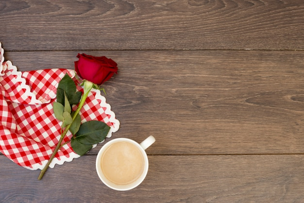 コーヒーマグと赤いバラ