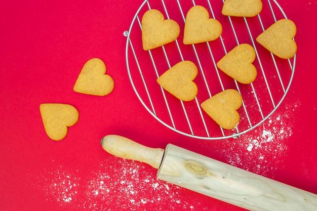 Сердечное печенье возле скалки и гриля