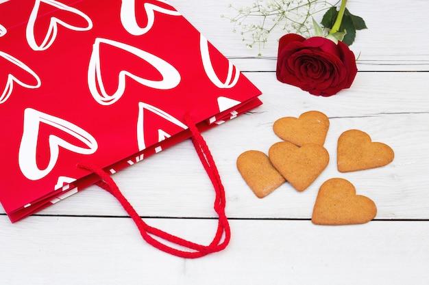 現在のバッグと花の近くのクッキー