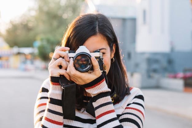 写真を撮っている少女