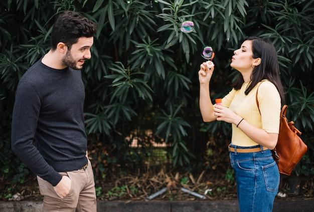 泡で遊んでいるカップル