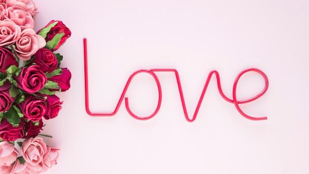 愛の執筆の近くのバラの束