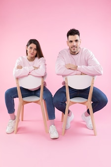 椅子に似た服を着た若いカップル