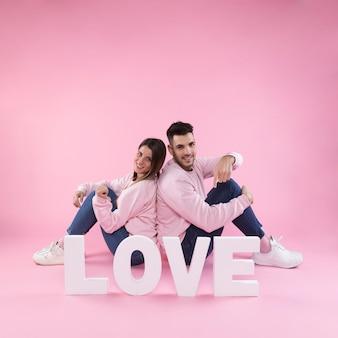 愛の上を指す若いカップル