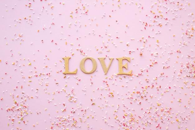 愛の文章の周りに散らばって