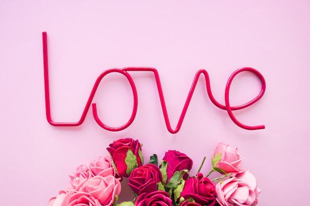 愛の執筆の近くの素晴らしいバラ