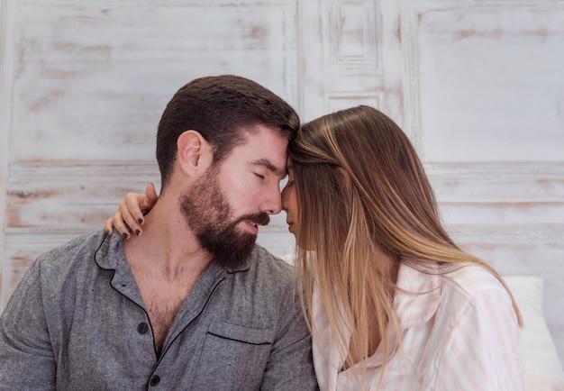 パジャマの抱擁で若いカップル