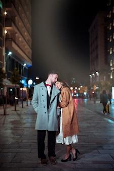 Женщина держит голову на плечо человека на улице
