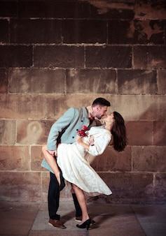 ストリートでかわいい女性と踊っている若い男