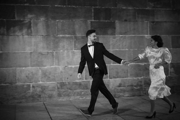 ストリートで走っている若いカップル