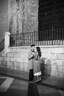 エレガントな女性と若い男は、通りに手を持って