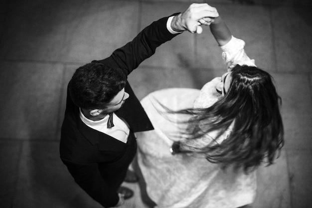 若い男は旋風の女性の手をつかむ