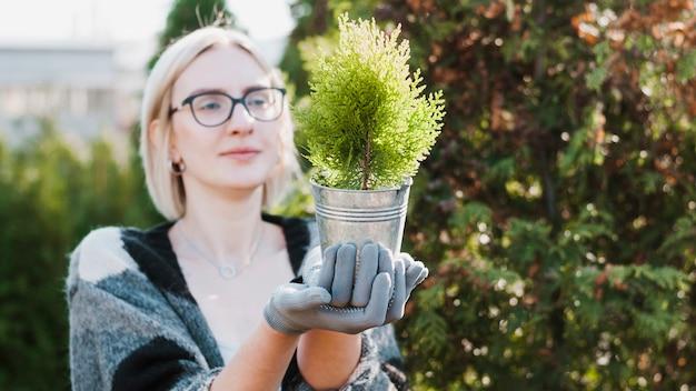 Женщина с растением