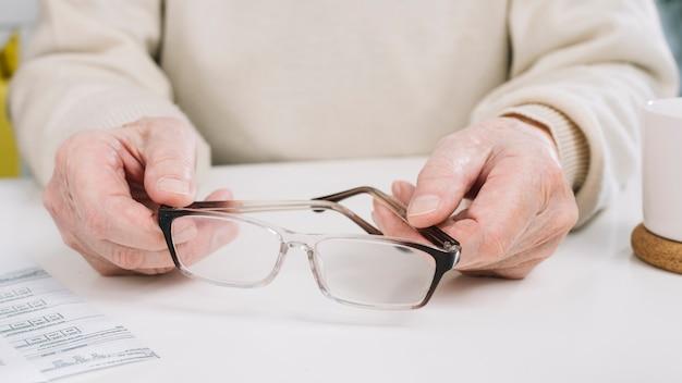 Старший мужчина делает документы