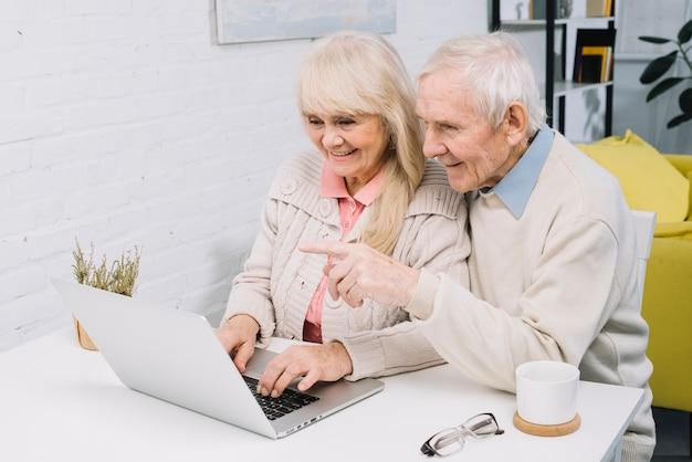 Пожилая пара делает видео звонок