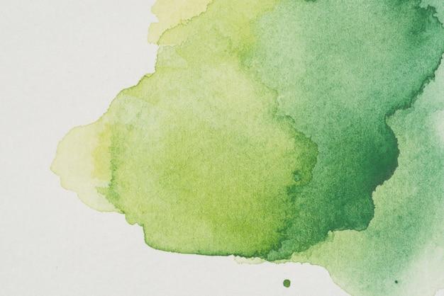 緑の様々な色合いの水彩汚れ