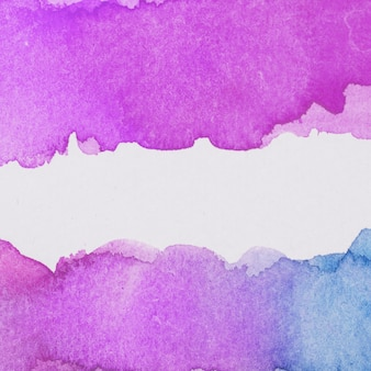 明るい紫色と青色の塗料がこぼれ落ちる