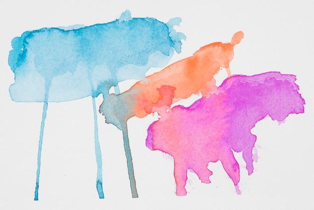白い紙の抽象的なアカマリン、赤とピンクの塗料
