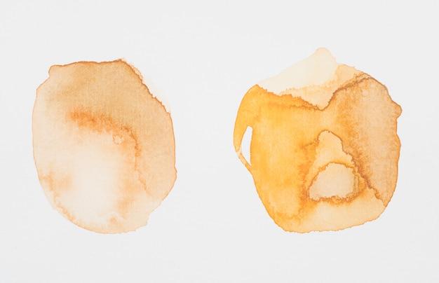 白い紙の上に円の形の茶色の塗料