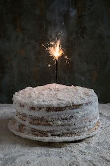 スパークラーで飾られた誕生日ケーキ