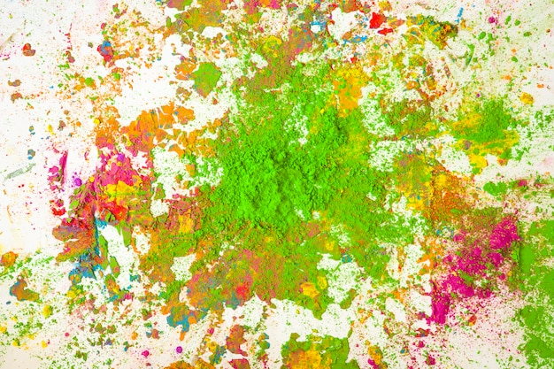 鮮やかな乾燥色の緑の色のヒープ