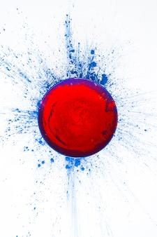 テーブルに赤い粉のボウル