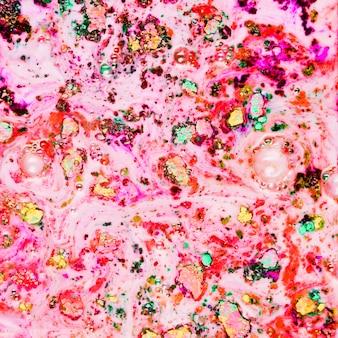 黒い水でピンクの粉を塗った