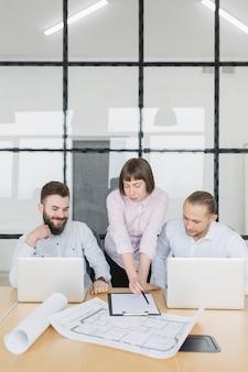 Деловые люди в офисе