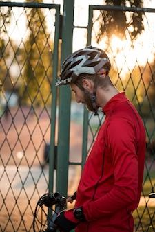 バイクのフィットネス少年