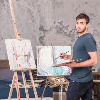 家で絵を描く男