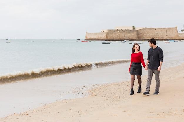 若い、カップル、歩くこと、砂、海、海岸