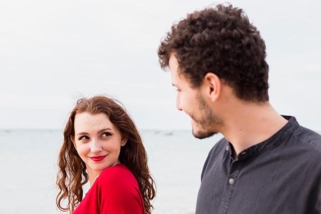 海の海岸で男と幸せな女性