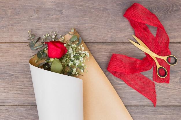 Букет цветов в пачке бумаги на столе