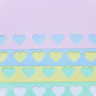 Набор ярких бумажных сердечек