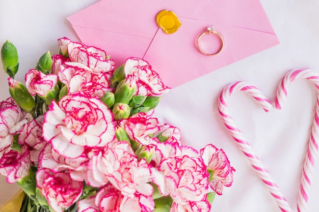 結婚指輪と大きな花の花束