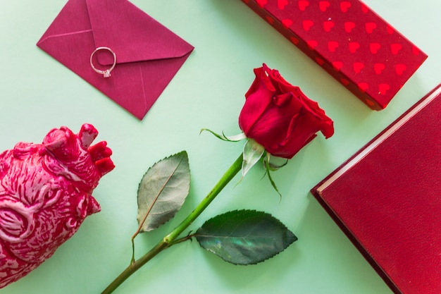 封筒と結婚指輪とバラの枝