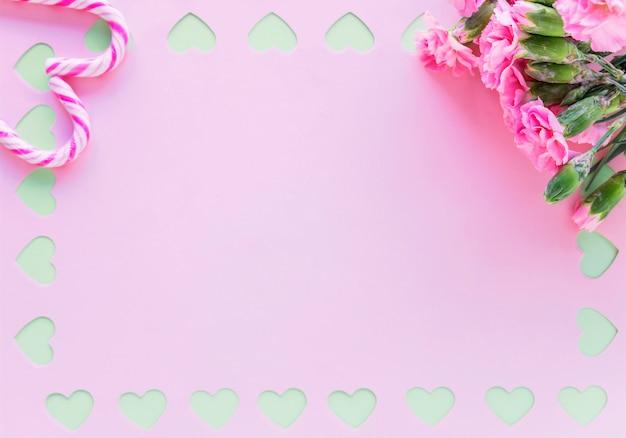 紙の上のキャンディの杖と花の花束