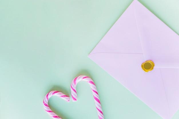 テーブルの上のキャンディの杖と白い封筒